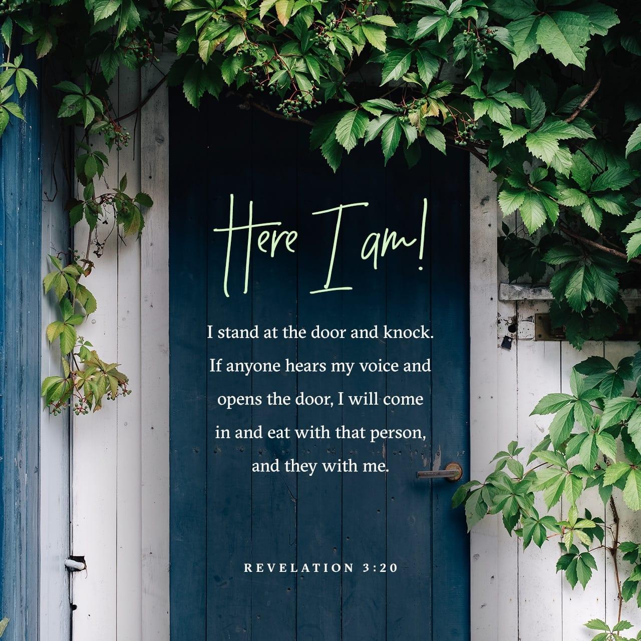 Apocalisse di Giovanni 3:20 Ecco, io sto alla porta e busso: se qualcuno ascolta la mia voce e apre la porta, io entrerò da lui e cenerò con lui ed egli con me. | Nuova Riveduta 1994 (NR94)
